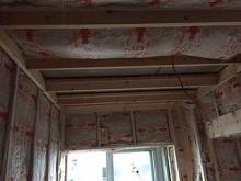躯体壁と防音室壁の間の空気層には断熱材を詰めています。