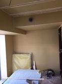 天井に梁のようになっているのは吸排気ダクトボックスです。楽譜棚も造作します。 天井は吸音仕上げをしていきます。