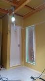 壁も同様に遮音補強をしていきます。 躯体の補強後に防音室側の下地を組んでいきます。