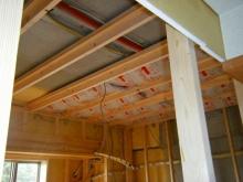 天井高を確保するため、マンションでも天井を解体します。