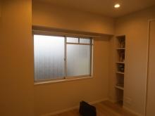 改修前のお部屋です。現地調査に伺いました。 既設腰窓には内側に樹脂サッシを2重で計画し、仕上がりは3重の窓になります。