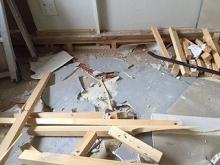 床も撤去しました。既設の天井も解体し、天井高を出来るだけ高く確保します。