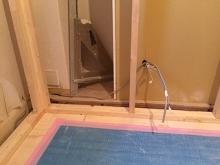 解体後に浮き床を作りました。 浮き床の上に躯体に触れないよう下地を組んでいきます。