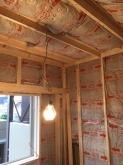 躯体壁と防音壁の間の空気層に断熱材を詰めていきます。防音室の特徴である2重構造です。