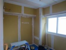 木工事が完了し、音テストをした後にクロス工事です。 クロスの下地のパテを塗っています。