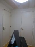 クロス完了後にピアノが入りました。 既設のクローゼット前にも木製防音ドアを設置しています。