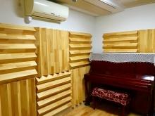クロスの白とメイプルの床材で明るい印象のお部屋に。。。ピアノの色味がアクセントになって素敵な空間に仕上がりました。