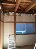 解体作業が始まりました。 腰窓の開口部は埋めて遮音性能を高めます。