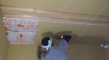 空気層には断熱材を詰めて石膏ボードを張っていきます。