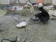 解体作業です。 床を解体しています。