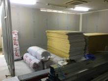 コンクリートが乾いた後、お部屋の間仕切りを作っています。 天井は既設天井に石膏ボードを張っていきます。