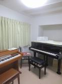 クロス施工後にピアノが入りました。 天井高も十分にあり、音響もしっかり考えてあるので長時間演奏にも疲れにくいお部屋です。