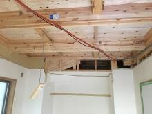 解体作業です。既設収納も取り壊してお部屋を広く使います。