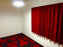 クロス施工完了です。 タイルカーペットとカーテンで印象がガラリと変わりました。