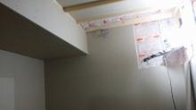 躯体の補強後、防音室側の下地を組み空気層に断熱材を詰めて防音室側の壁をつくっていきます。