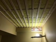 吸排気ダクトボックスにも断熱材をぎっしりつめます。 仕上がりは梁のようになります。