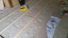 浮き床の下地です。 弊社の防音室はゴムで床を浮かせています。