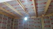 施工した浮き床の上に下地を組んで防音室側の壁と天井をつくっています。 空気層には断熱材をつめています。