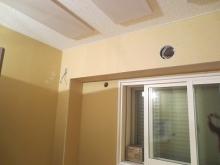 天井の吸音パネルは弊社オリジナルです。 パネルで低音を吸い、パネル以外に使用しているダイロートンで中音を吸って音の反響を調節します。