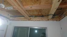 解体を行いました。 天井高をできる限り確保するため解体を行います。