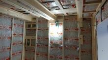 躯体の補強後に新しい柱をたてて空気層に断熱材をつめていきます。