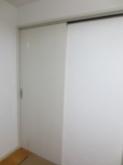 リビングからの出入り口は既設引き戸の内側に樹脂サッシの掃き出し窓を設置します。