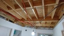 解体作業を行いました。 天井高をできる限り確保するため天井も解体します。
