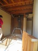 解体作業中です。 押し入れも壊してお部屋を広く使います。