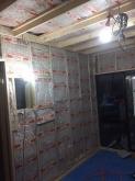 防音室側の下地を組み、空気層に断熱材を詰めていきます。