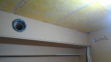 天井は吸音天井に仕上げていきます。 吸排気ダクトボックスは梁のような仕上がりになります。