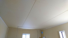 天井もボードで隙間を埋めていきます。
