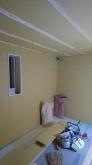 断熱材の工事の後に防音室側の石膏ボードを張り、遮音壁と遮音天井の完成です。
