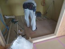 ハウスメーカーさんから引き継ぎ、弊社の木工事が始まりました。浮き床を作っています。