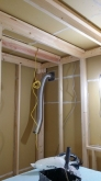 施工した浮き床の上に防音室側の下地を組んでいきます。