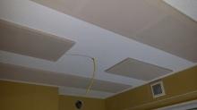 弊社の防音室は音響にも力を入れています。 天井には弊社オリジナルの吸音パネルを設置しています。