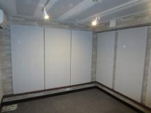 クロス施工後です。 天井と壁に吸音パネルを設置し、デッドな空間に仕上げます。
