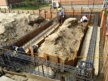 基礎工事です。 地中梁の鉄筋を組んでいます。 ラス網工法です。