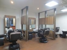 家具が搬入されました。 鏡が入ると理容室らしさがグッと増します。