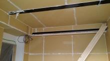 躯体の隙間を石膏ボードで埋めました。 第1の壁・天井が出来上がりました。