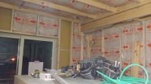 躯体壁に触れないように下地を組んで防音室側の壁をつくっていきます。