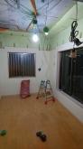 解体作業を行いました。 できる限り天井高を確保できるように床や天井を解体します。