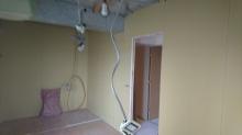 壁と天井は石膏ボードで隙間を埋めていきます。
