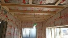 浮き床の上に柱を立てて防音室側の下地を組んでいきます。 空気層には断熱材を詰めています。