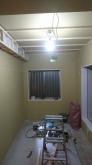 石膏ボードを重ねて張り、壁と天井が出来上がりました。 天井には梁型の吸排気ダクトボックスを作成しています。