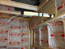 躯体の遮音補強後に新しい下地を組んで空気層に断熱材を詰めています。 エアコンの先行配管も行いました。