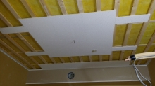 天井は遮音補強後に吸音天井に仕上げていきます。吸音パネル以外のところにダイロートンを張っています。