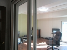 入り口は開放的に樹脂サッシの掃き出し窓を設置しています。 弊社防音室では建具は基本2重で設置します。