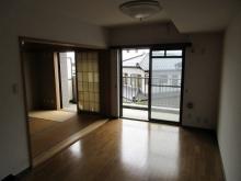 改修前のお部屋です。 リビングと和室を1つのお部屋にします。