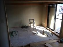 畳もはがしました。 解体作業を行います。マンションでは床下を壊せないことが多いので天井高を確保することが難しいですが、できる限り確保できるよう計画します。