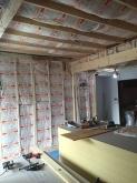 躯体の補強の後に防音室側の壁と天井を作っていきます。宙に浮いたお部屋を作っていきます。